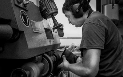 schoenmaker maakt orthopedische schoen
